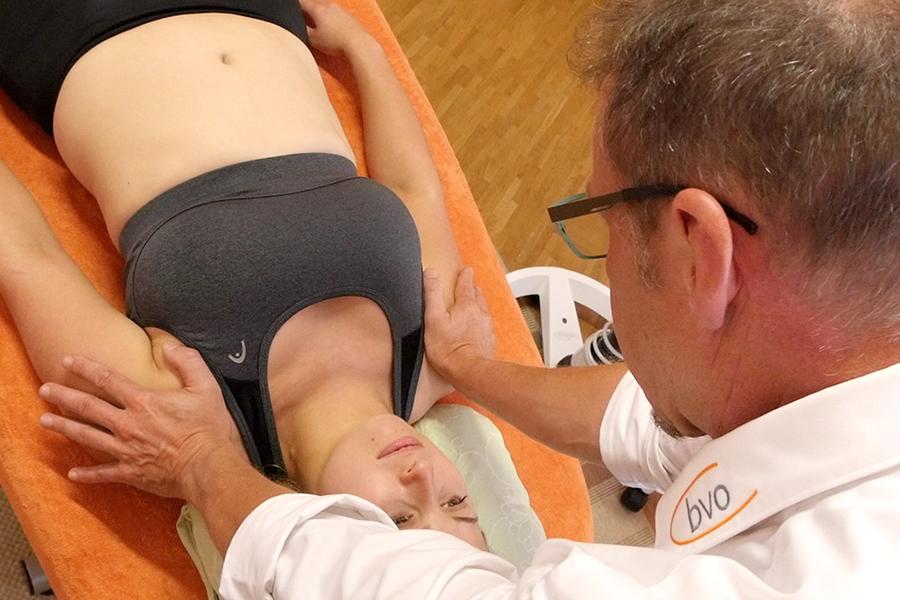 Der Osteopath ertastet Spannungen und löst diese
