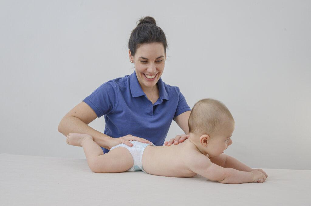 Osteopathie Therapeutin mit Baby